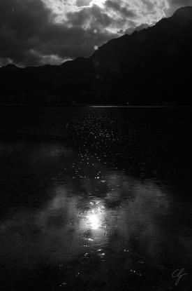 lago nero con pioggia