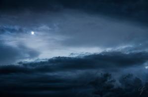 cielo con nuvole blu e luna