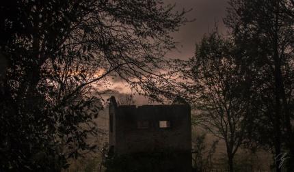 rovine di edificio nel bosco con tempesta